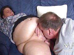 بور از پیتر بلافاصله دو خروس را مکید و از اسپرم زیباترین کوص داغ لذت برد