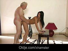 بلوند با جوراب سیاه و سفید واژن داغی را زیباترین سکس دنیا روی خروس شوهرش نشسته است