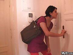 در یک اتاق هتل ، سکس زیباترین زن جهان یک بلوند با عینک منتظر معشوق است و گربه اش را تکان می دهد