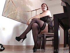 دختری آرام با جوراب های سیاه یک دیک لاستیکی را در زیباترین عکسهای سکسی الاغ قرار می دهد
