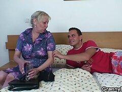 همسر 69 سکس زیباترین زن جهان شوهر را هنگام نشستن بیدمشک صاف بر صورت خود می دهد